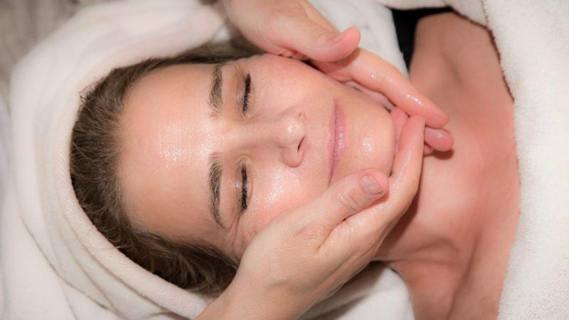 Relaksujące i odżywcze zabiegi na twarz